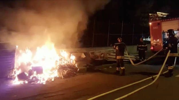 Messina, tre feriti per i petardi e cassonetti dei rifiuti in fiamme