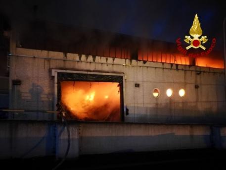 Incendi, vasto rogo in un impianto di rifiuti a Roma