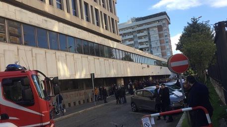 Evacuato il Tribunale di Taranto per un incendio, udienze rinviate
