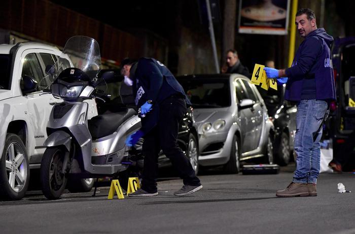 Roma, auto forza posto di blocco: 2 donne ferite
