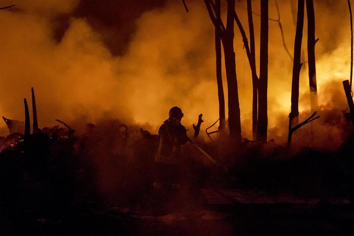 Incendio in una discarica abusiva, nube di fumo su Roma