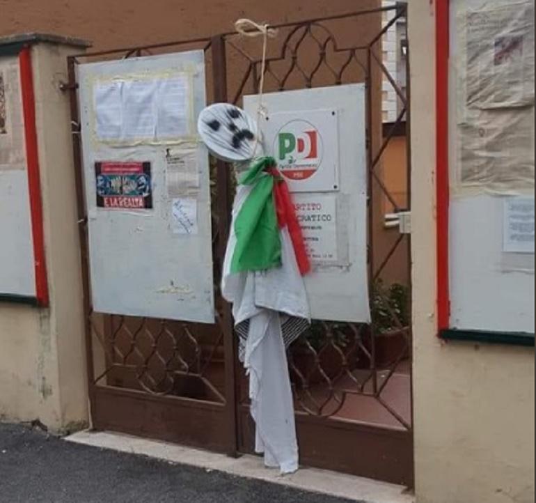 Roma, fantoccio trovato impiccato davanti alla sede del PD
