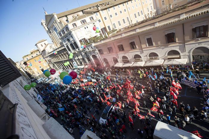 Sindacati in piazza a Roma per il lavoro: pure i lavoratori dell'ex Ilva