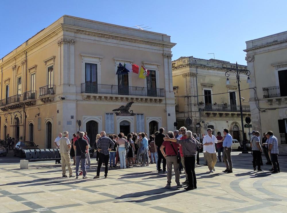 Rosolini, dipendenti comunali senza stipendio: la protesta in piazza