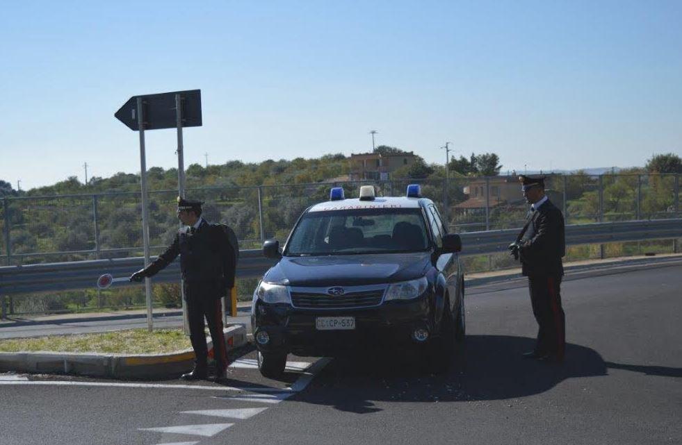 Rosolini, tentano di investire un carabiniere e si danno alla fuga: arrestati