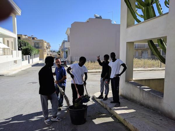 Rosolini, i ragazzi del Centro accoglienza puliscono la città