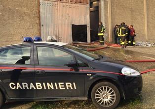 In fiamme nella notte a Rosolini un capannone con mobili usati