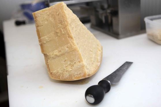 Ruba 9 confezioni di parmigiano da un supermercato a Siracusa