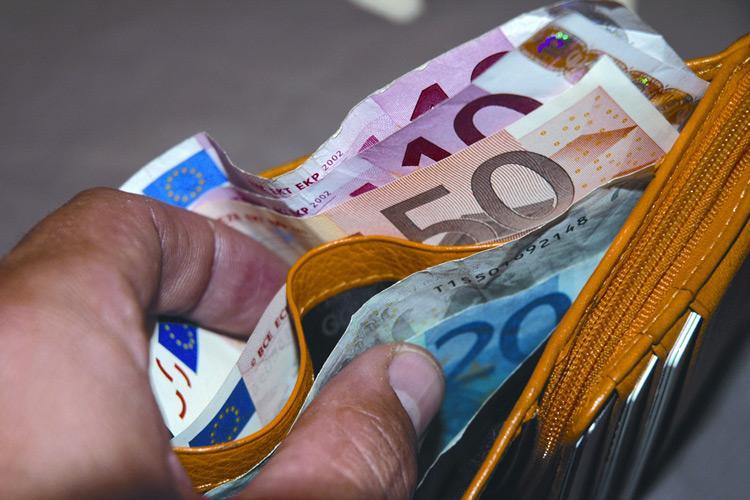 Ruba portafoglio con 3 mila euro, 14enne arrestata a Roma