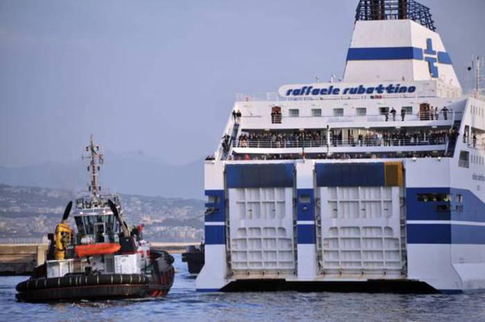 Aperti i collegamenti marittimi e aerei con Sicilia e Sardegna, De Micheli firma decreto
