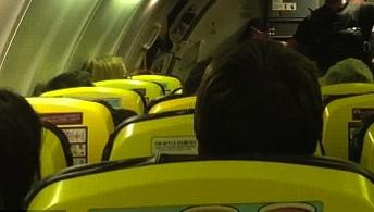 Palermo, litiga con la fidanzata in aereo e scende: panico a bordo