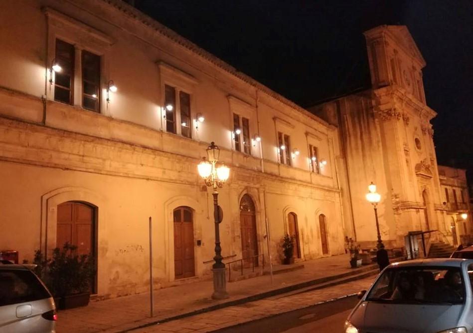 Modica, torna ad essere illuminata la facciata della scuola di Santa Teresa