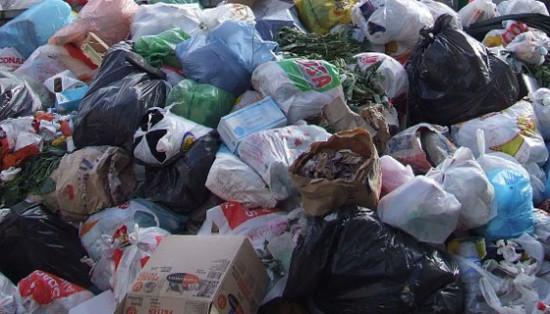 Una montagna di rifiuti vicino al mare nel Messinese, 2 denunciati