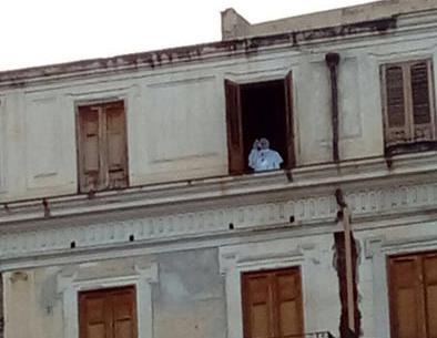 Palermo, da una finestra la sagoma del Papa intento a benedire