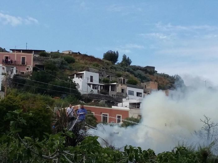 Scoppia un incendio nella Riserva di Salina: case minacciate dal fuoco