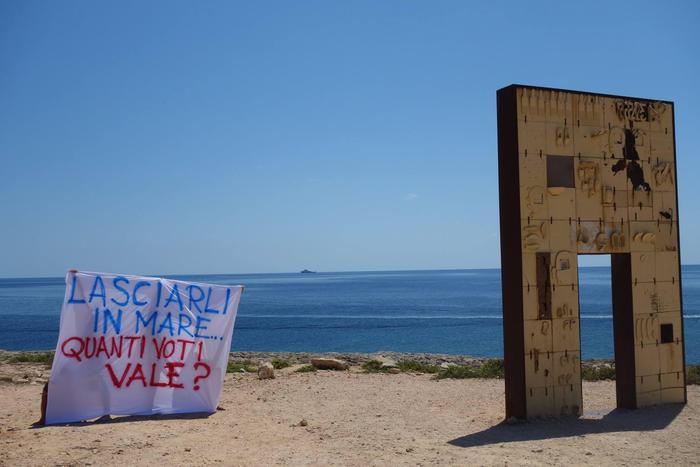 Migranti, proteste a Lampedusa contro il ministro Salvini