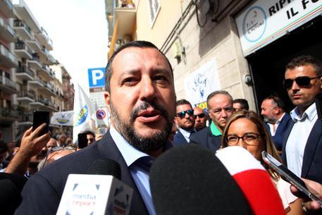Diciotti, migranti denunciano il ministro? Salvini: medaglie