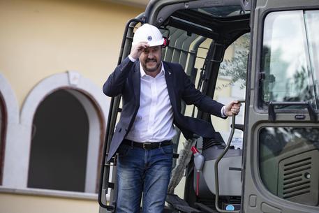 Casamonica, Salvini sale sulla ruspa per l'abbattimento della villa