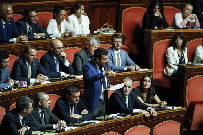 La crisi di governo, Salvini mette il cerino nelle mani di Di Maio: pronti a tagliare i 345 parlamentari e subito al voto
