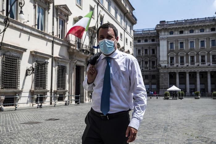 """Mascherine? Salvini: """"Spero libertà di respiro a breve"""""""