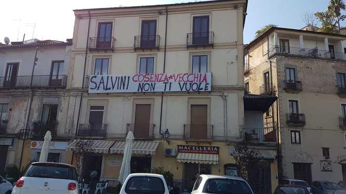 Striscioni contro la visita di Salvini a Cosenza prevista per martedì