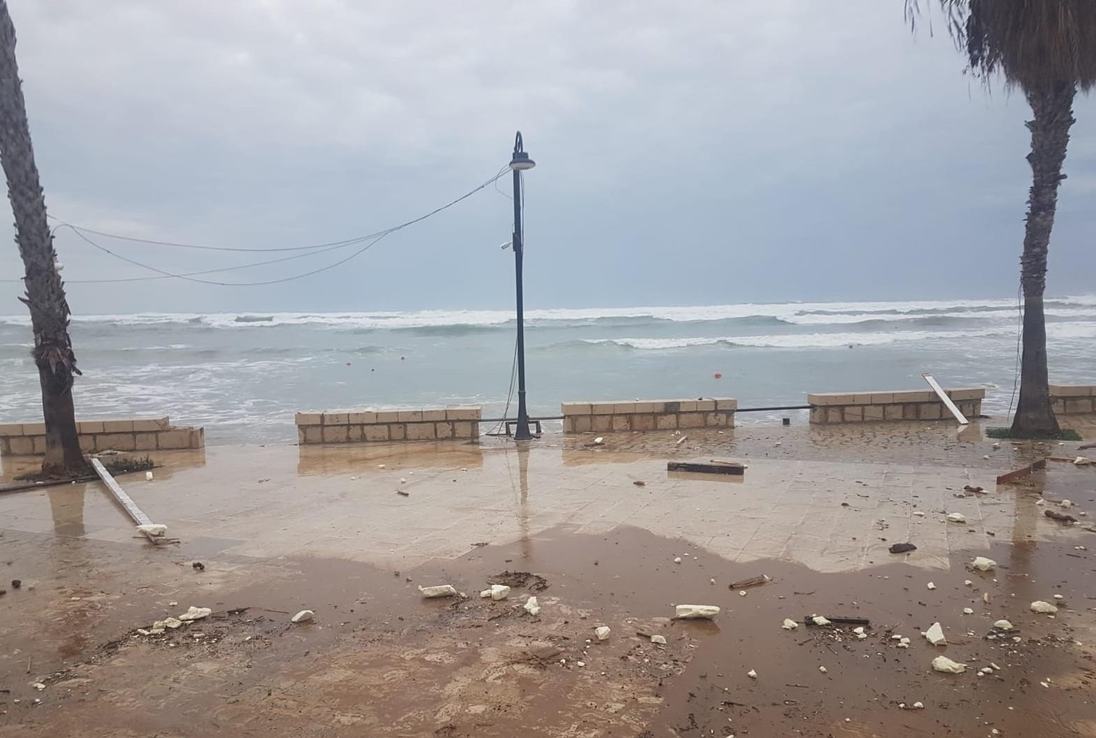 Scicli, violenta mareggiata a Sampieri: danneggiati stabilimenti balneari