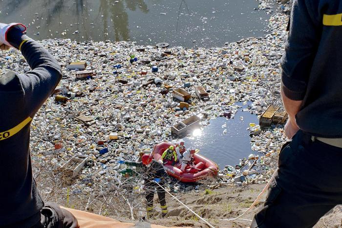 Scoperto a San Felice a Cancello nel Casertano un 'lago' di rifiuti