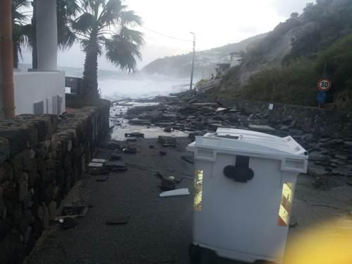 Dieci famiglie sfollate a Lipari: le onde finiscono dentro le loro case