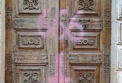 Villasmundo, imbratta il portone della chiesa: denunciato a piede libero