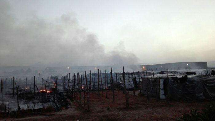 Incendio a San Ferdinando, distrutte le baracche dei migranti