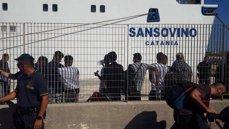 """Lampedusa, Open Arms rilancia: """"Portate i migranti in Spagna in aereo"""""""