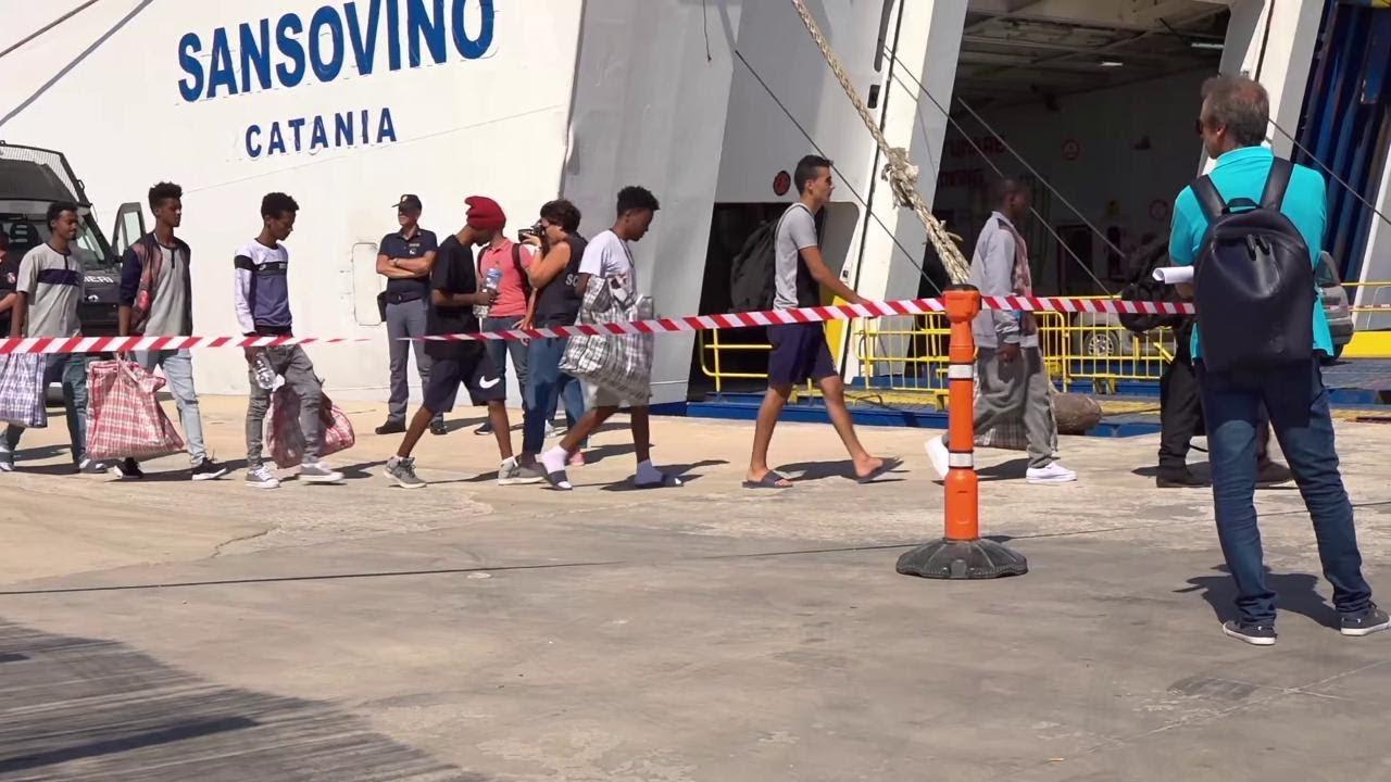Lampedusa, l'hotspot al collasso: 84 migranti trasferiti a Porto Empedocle