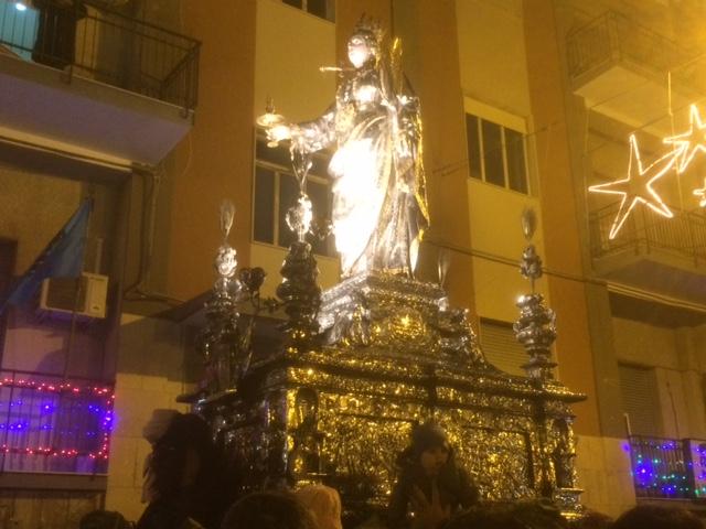 Il simulacro di Santa Lucia al Sepolcro fra gli applausi