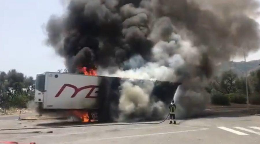 Autoarticolato prende fuoco sulla A18 a Santa Teresa Riva