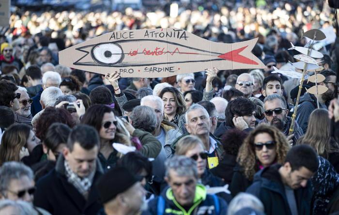 """'Sardine' in piazza San Giovanni, """"Roma non si lega"""""""