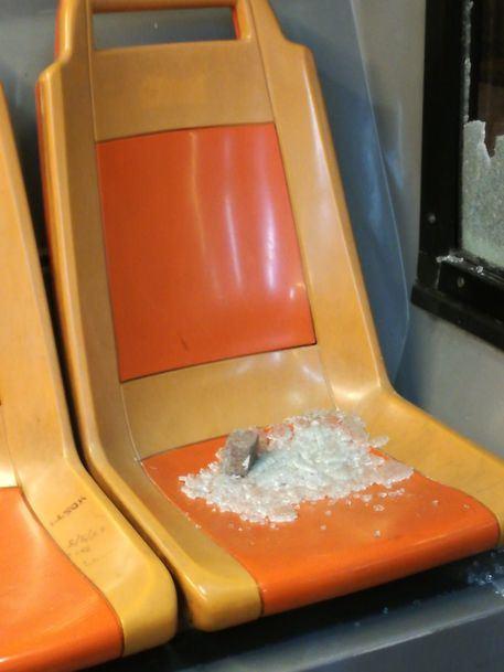 Baby gang lancia sassi contro un bus a Napoli: