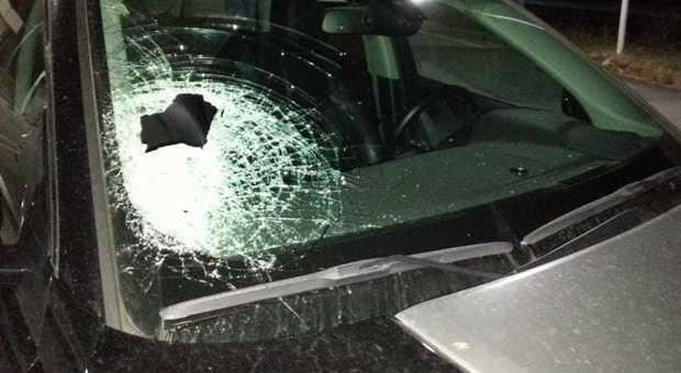 Modica, lancia sassi contro le automobili in transito e rapina i conducenti