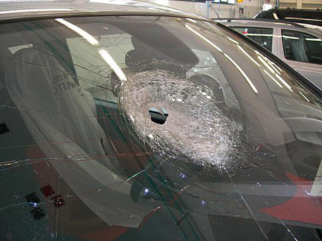 Sasso contro auto, muore una donna a Cassano d'Adda