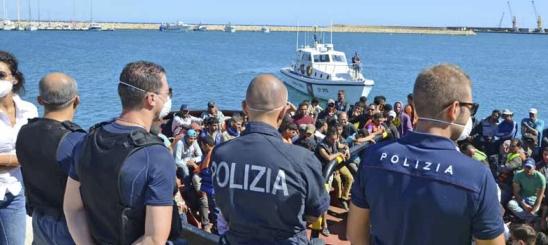 Poliziotti 'guardiani' dell'hotspot di Pozzallo: proteste dei sindacati
