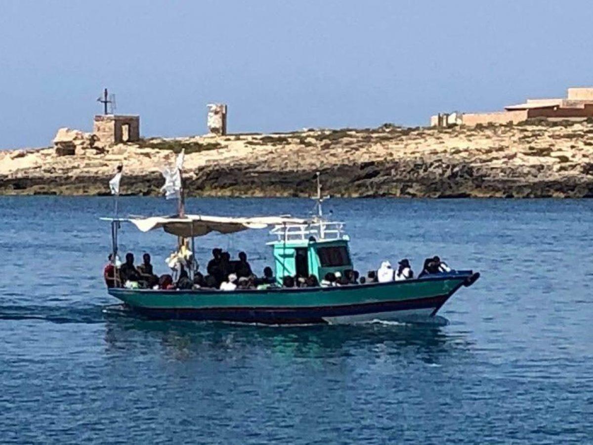 Ventiquattro tunisini sbarcano a Lampedusa: all'hotspot 1.226 migranti