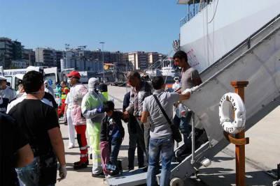Migranti sbarcati ad Augusta indicano gli scafisti: due fermati