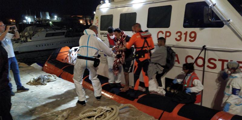 Tredici sbarchi di migranti a Lampedusa da mezzanotte fino all'alba