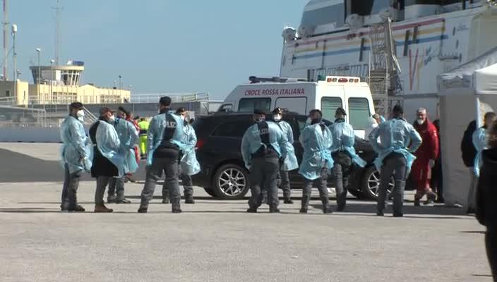 I 66 migranti sbarcati a Pozzallo, 11 positivi al covid: l'ira di Musumeci