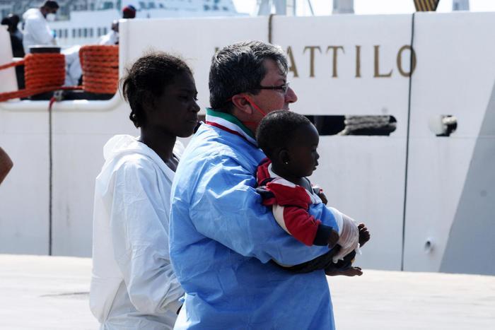 Migranti ad Augusta, concluse le operazioni di sbarco di 1131 persone