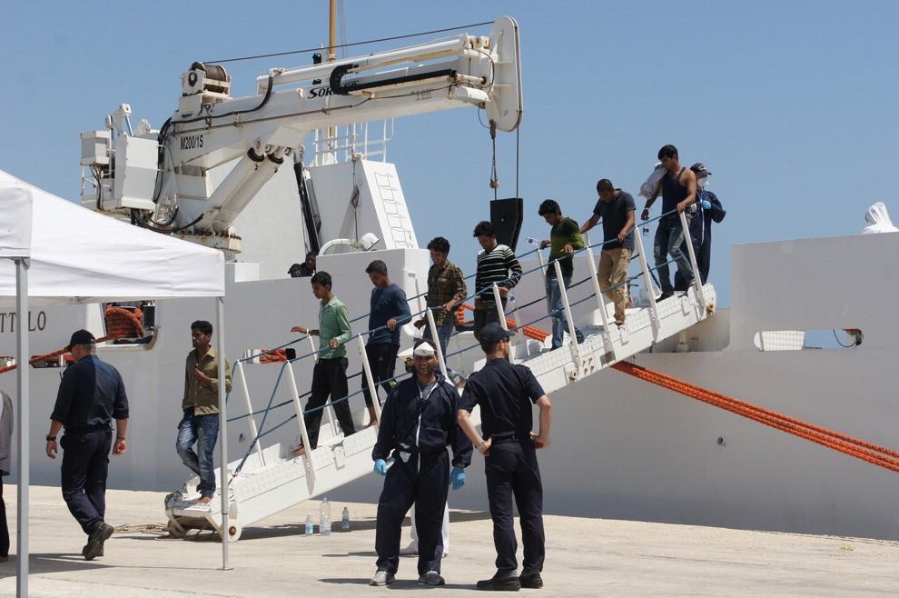 Sbarcati a Pozzallo 454 migranti, a terra anche due cadaveri