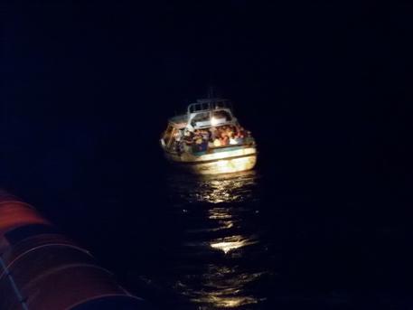 Migranti, sbarco nel Crotonese: circa 40 persone, anche 8 bimbi