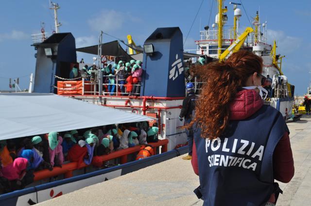 """Migranti sbarcati a Pozzallo, Catania e Trapani: la Sicilia rischia di """"scoppiare"""""""