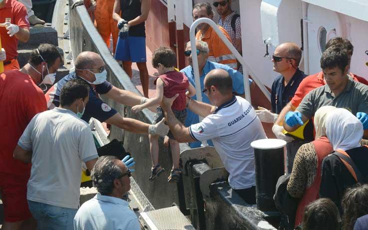 Lo sbarco di 517 migranti a Catania, presi 6 presunti scafisti