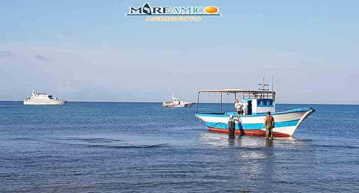 Peschereccio tunisino sbarca 50 migranti sulla spiaggia di Agrigento