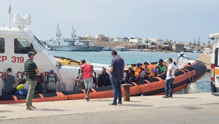 Lampedusa, sbarco di migranti: ci sono diversi bambini